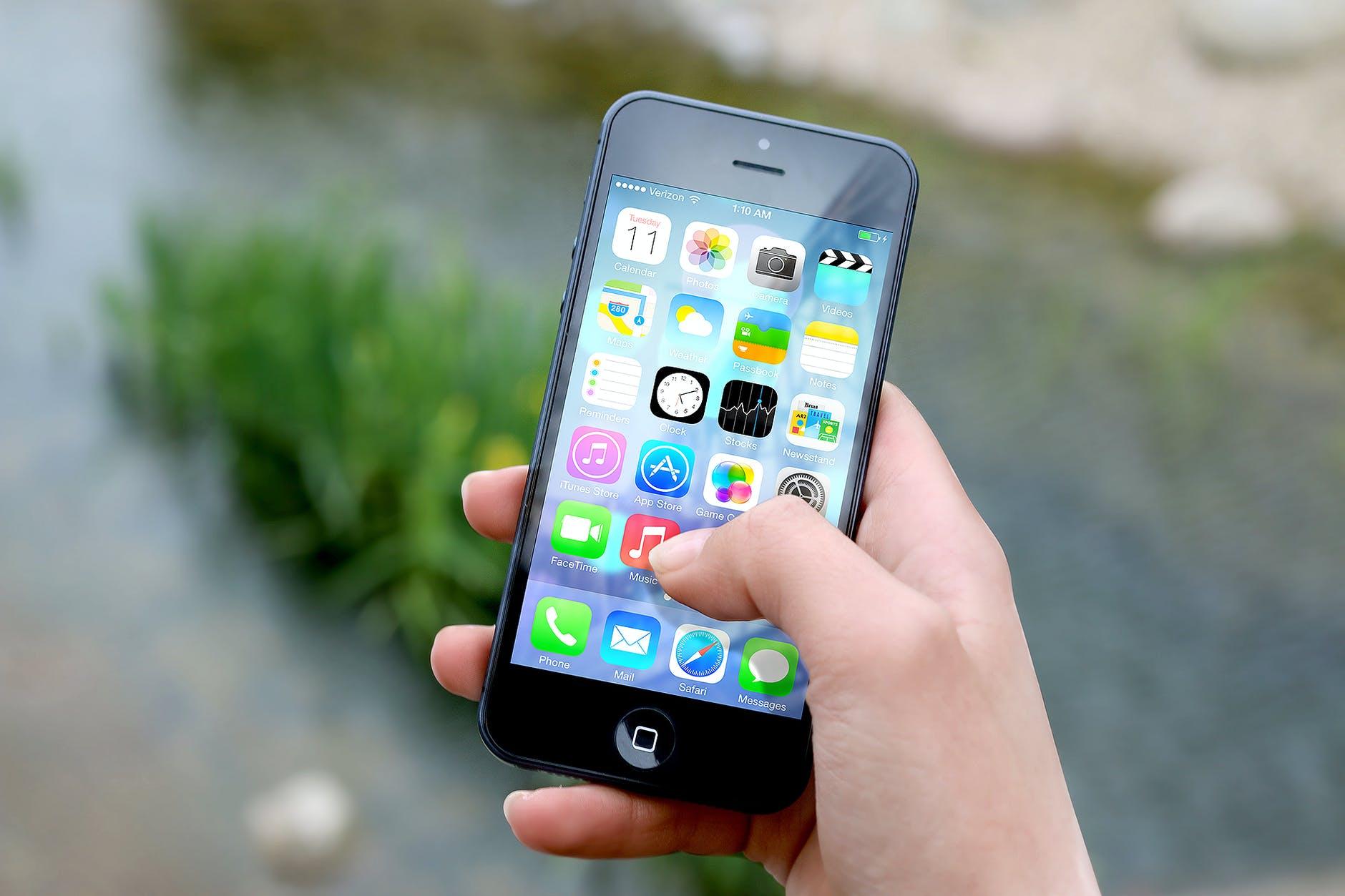 hand-apple-iphone-smartphone.jpg